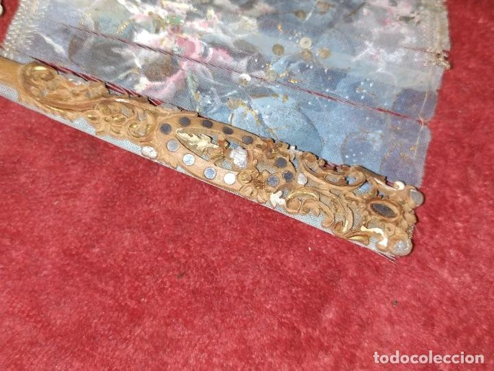 Antigüedades: ABANICO DE DAMA. MADERA TALLADA. INCRUSTACIONES DE HEMATITES. SEDA PINTADA. ESPAÑA. SIGLO XIX - Foto 12 - 245885780