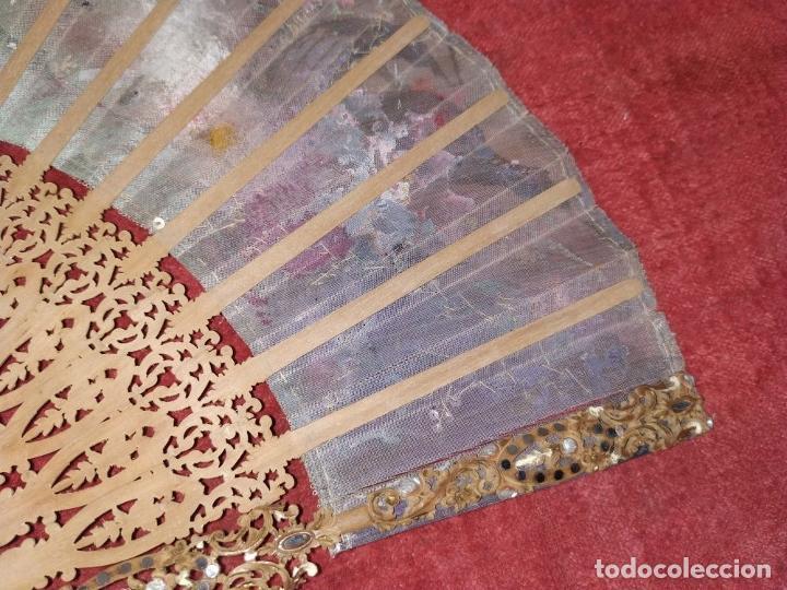 Antigüedades: ABANICO DE DAMA. MADERA TALLADA. INCRUSTACIONES DE HEMATITES. SEDA PINTADA. ESPAÑA. SIGLO XIX - Foto 18 - 245885780