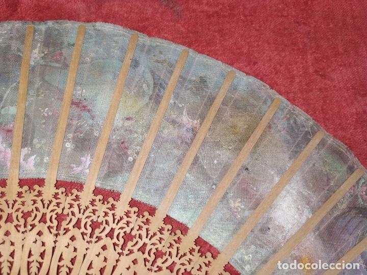 Antigüedades: ABANICO DE DAMA. MADERA TALLADA. INCRUSTACIONES DE HEMATITES. SEDA PINTADA. ESPAÑA. SIGLO XIX - Foto 22 - 245885780