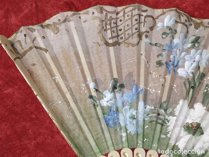 Antigüedades: ABANICO DE DAMA. HUESO TALLADO. TELA PINTADA. ESPAÑA. SIGLO XIX - Foto 5 - 245894535