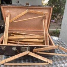 Antigüedades: ANTIGUA PERCHA MADERA PLEGABLE LOTE 25 PERCHAS VIAJE BARCO BUEN ESTADO. Lote 245916065