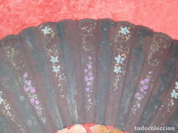 Antigüedades: ABANICO DE DAMA. MADERA TALLADA Y POLICROMADA. SEDA PINTADA. LENTEJUELAS METÁLICAS. ESPAÑA. XIX - Foto 13 - 245931925