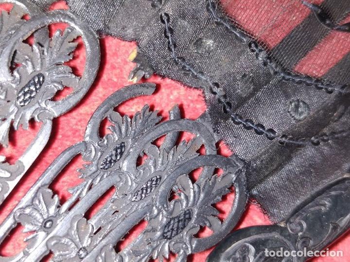 Antigüedades: ABANICO DE DAMA. CAREY Y MADERA TALLADA. SEDA CON ENCAJES Y LENTEJUELAS. ESPAÑA. SIGLO XIX - Foto 4 - 245936760