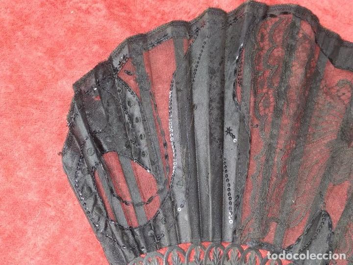 Antigüedades: ABANICO DE DAMA. CAREY Y MADERA TALLADA. SEDA CON ENCAJES Y LENTEJUELAS. ESPAÑA. SIGLO XIX - Foto 7 - 245936760