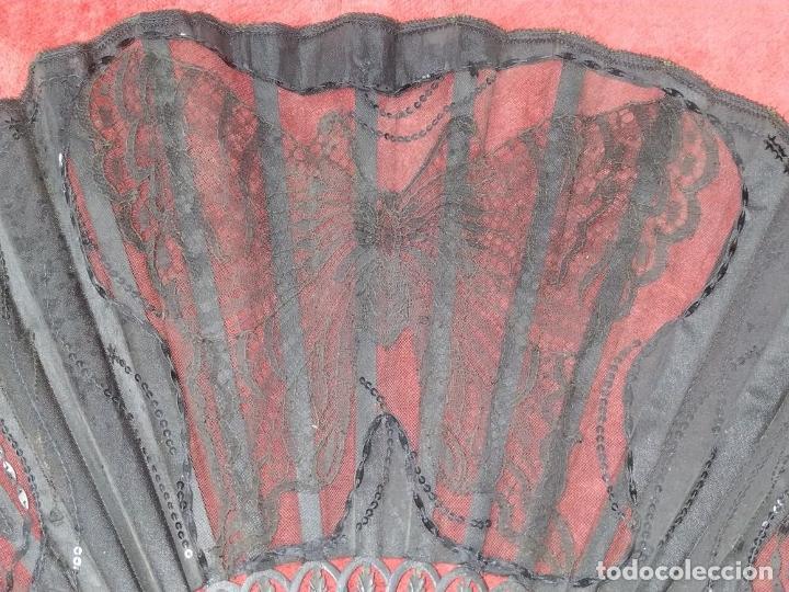 Antigüedades: ABANICO DE DAMA. CAREY Y MADERA TALLADA. SEDA CON ENCAJES Y LENTEJUELAS. ESPAÑA. SIGLO XIX - Foto 8 - 245936760