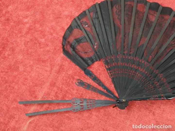 Antigüedades: ABANICO DE DAMA. CAREY Y MADERA TALLADA. SEDA CON ENCAJES Y LENTEJUELAS. ESPAÑA. SIGLO XIX - Foto 11 - 245936760