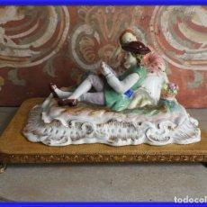 Antigüedades: FIGURA DE PORCELANA ROMANTICA FIRMADA CON PEANA DE MADERA. Lote 245937280