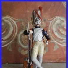 Antigüedades: FIGURA DE UN MILITAR PINTADO CON FIRMA EN LA BASE ARTESANIA ALVAREZ. Lote 245937505