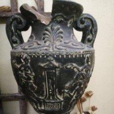 Antigüedades: TINAJA DE BARRO ANTIGUA CON RELIEVES DE DIBUJOS. Lote 246023285