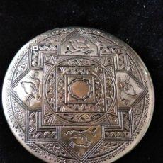 Antigüedades: POLVERA TOCADOR ANTIGUA METALICA REPUJADA MOTIVOS ARABES. Lote 246059325