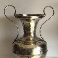 Antigüedades: JARRON O CENTRO DE PLATA DE LEY.. Lote 246059925