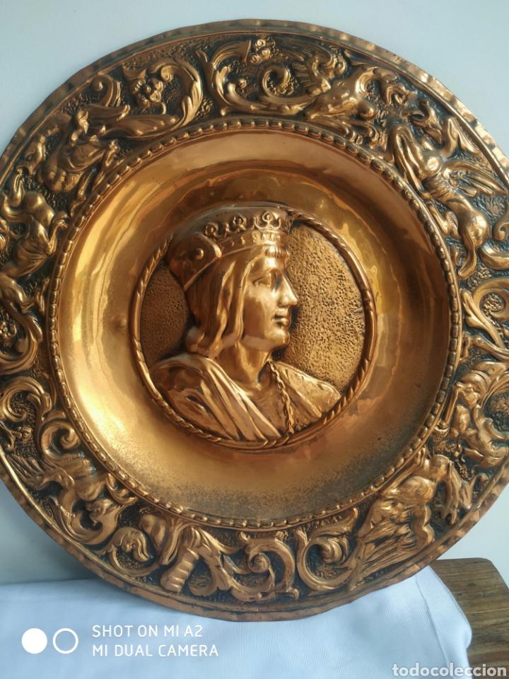Antigüedades: Pareja de platos de cobre de los reyes catolicos - Foto 3 - 246084745