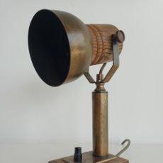 Antigüedades: LAMPARA DE ESCRITORIO EN MADERA Y LATÓN. FUNCIONANDO. AÑOS 70.. Lote 246105770