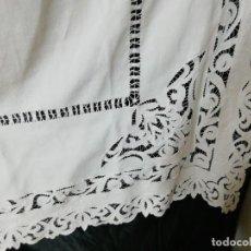 Antigüedades: *MANTEL DE CREP BORDADO A MANO. 1,90X1,80 M (RF:E-69/B*). Lote 246122820