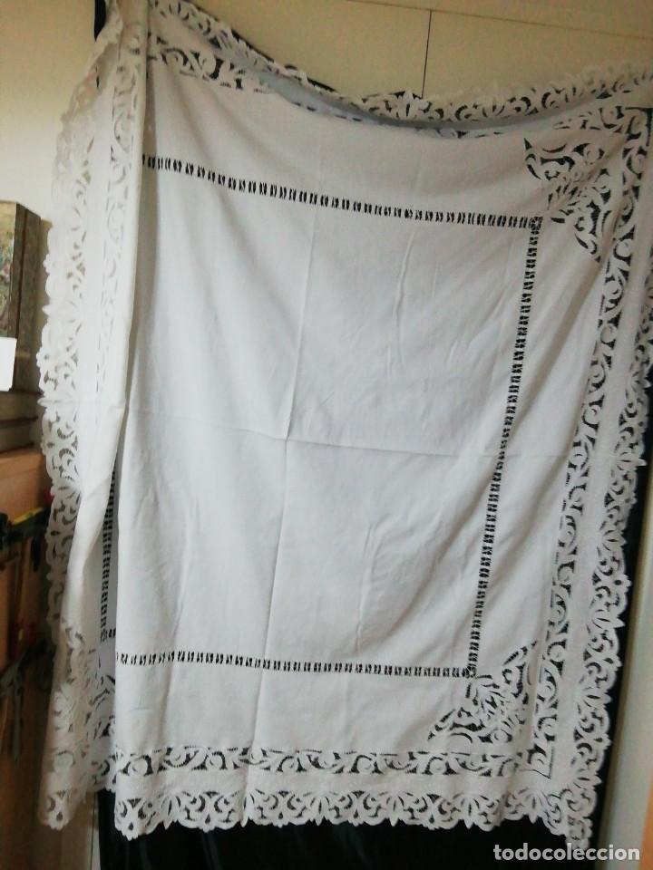 Antigüedades: *MANTEL DE CREP BORDADO A MANO. 1,90X1,80 M (Rf:E-69/b*) - Foto 3 - 246122820