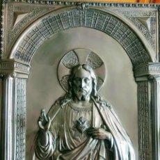 Antigüedades: SAGRADO CORAZÓN DE JESÚS EN COBRE PLATEADO. SIGLO XIX. Lote 246157690