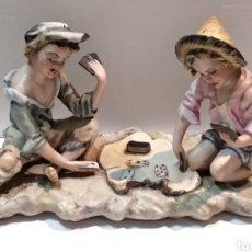 Antigüedades: BONITA FIGURA DE PORCELANA- NIÑOS JUGANDO A CARTAS - VER TODAS LAS FOTOS. Lote 246163155