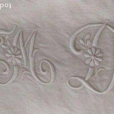 Antigüedades: ANTIGUA SABANA DE LINO MANUAL 300CM X 185CM CON INICIALES BORDADAS Y COSTURA CENTRAL. Lote 246176685