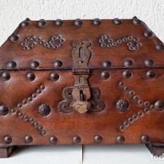 Antigüedades: ANTIGUA CAJA COFRE BAUL DE PIEL CON REMACHES Y ADORNOS DE HIERRO – CON ASAS – PERFECTO ESTADO. Lote 246250275