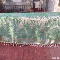 Antigüedades: 240 CM ANTIGUA COLCHA SEDINA SEDA VERDE , IDEAL CONFECCIONES VIRGEN ESPERANZA MANTON BROCADO TRAJE. Lote 246307340
