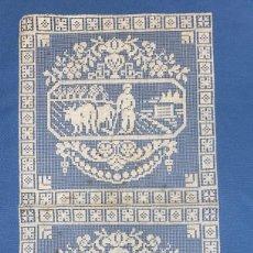 Antigüedades: PAÑUELO ANTIGUO DE GANCHILLO 30 CMS. DE ALTURA X 15 DE LARGO ESCENA CAMPESTRE. Lote 246344245