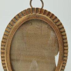 Antigüedades: PORTAFOTOS EN METAL DORADO Y FORMA OVALADA. ANCHO 7,5CM. ALTURA 10,5 CM. CRISTAL. Lote 246517885