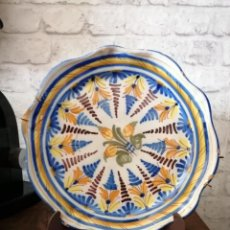 Antigüedades: BONITO PLATO DECORATIVO DE CERÁMICA PINTADO A MANO, NIVEIRO, TALAVERA.27CM. Lote 246522645