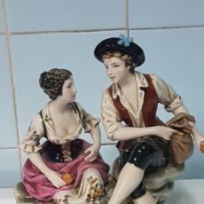 Antigüedades: PORCELANA PAREJA COMIENDO FRUTAS MARCA EN BASE. Lote 246556005
