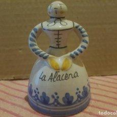 Antigüedades: BONITA CAMPANA DE COCINA EN CERÁMICA DE TALAVERA CON BADAJO DE BARRO. ANTIGUA. Lote 246583245