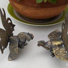 Antigüedades: DOS GALLOS DE PELEA DE BRONCE. Lote 246614845