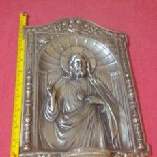 Antigüedades: ANTIGUA BENDITERA S XIX O XX EN RELIEVE CORAZÓN DE JESÚS HECHO EN METAL PLATEADO Y CRISTAL / VIDRIO. Lote 246656825