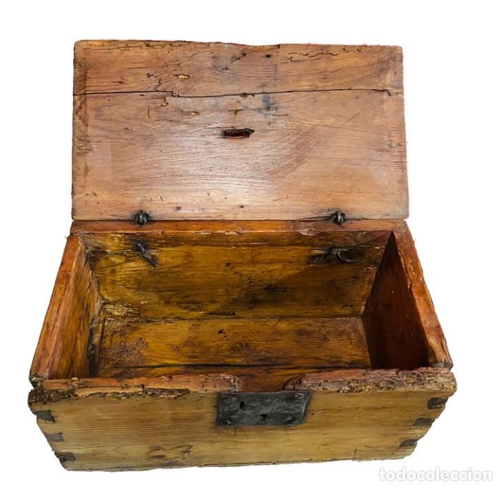 Antigüedades: Antiguo limosnero, hucha de iglesia, caja petitoria, arqueta, baúl. Siglo XVII, restaurada. 40x22x20 - Foto 3 - 246669875