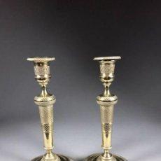 Antigüedades: PAREJA DE CANDELEROS DE BRONCE DORADO LUIS XVI. Lote 246688125