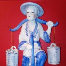 Antigüedades: FIGURA DE PORCELANA CHINA - AGUADOR - BICOLOR - C. 1960 PINTADA A MANO. Lote 246693050