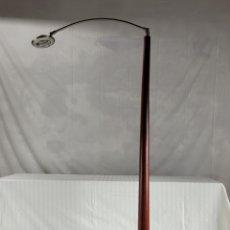 Antigüedades: LAMPARA DE PIE DISEÑO MADERA CEREZO. Lote 246695850
