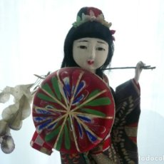 Antigüedades: MUÑECA FIGURA JAPONESA, SOBRE PEANA. Lote 246698530