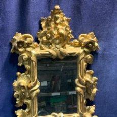 Antiquités: PEQUEÑO ESPEJO CORNUCOPIA S XIX COPETE MADERA TALLADA DORADA FLORES TALLA PROFUNDA 53X33CMS. Lote 246825445