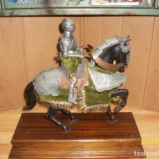 Antigüedades: ANTIGUA FIGURA DE CABALLERO MEDIEVAL CON ARMADURA. Lote 246890485