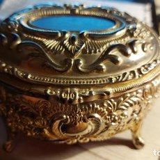 Antigüedades: ESPECTACULAR JOYERO CON RELIEVE DE MATERIAL. Lote 246892730