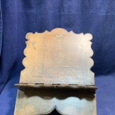 Antigüedades: ATRIL PARA LIBRO LECTURA BIBLIA PORTATIL NOGAL LATON S XVIII BISAGRA UNA SOLA PIEZA 30X31CMS. Lote 246941005