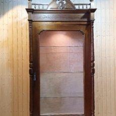 Antigüedades: VITRINA ESTILO ALFONSINO DE NOGAL. Lote 247018170