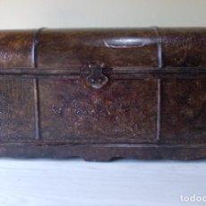 Antiquités: BAÚL DE MADERA, CHAPADO ESTILO PIEL AVESTRUZ, ADORNADO CON RAMO FLORES. Lote 247072480