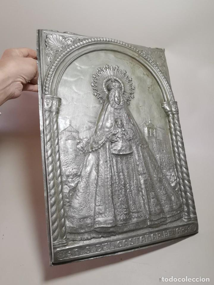Antigüedades: CUADRO VIRGEN NUESTRA SEÑORA DEL CASTAÑAR-BEJAR -SALAMANCA-METAL CINCELADO Y REPUJADO.FIRMA MORERA. - Foto 8 - 247103550