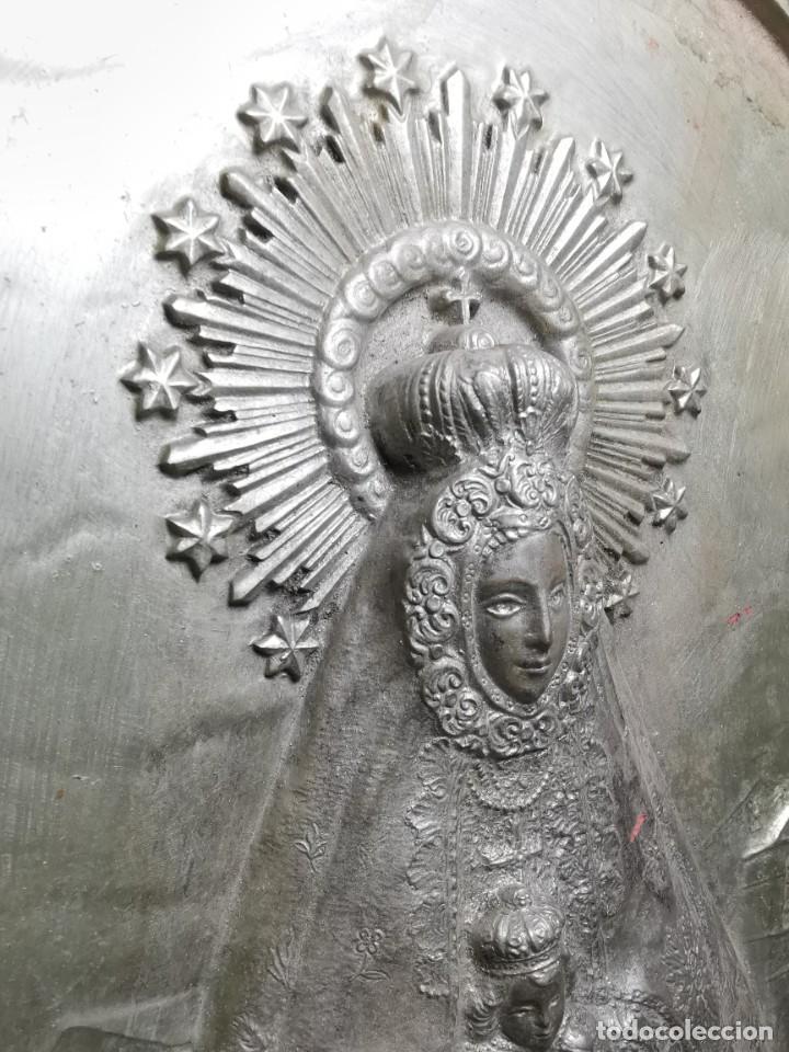Antigüedades: CUADRO VIRGEN NUESTRA SEÑORA DEL CASTAÑAR-BEJAR -SALAMANCA-METAL CINCELADO Y REPUJADO.FIRMA MORERA. - Foto 10 - 247103550