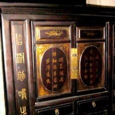 Antigüedades: MUEBLE CHINO ANTIGUO CON LETRAS DORADAS. Lote 247116415