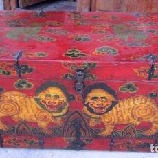 Antigüedades: BAUL TIBETANO DE MADERA, FORRADO DE CUERO POLICROMADO. Lote 247118800