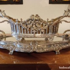Antigüedades: SURTOUT DE TABLE LOUIS XVI Y JARDINERA. METAL PLATEADO. Lote 247144195