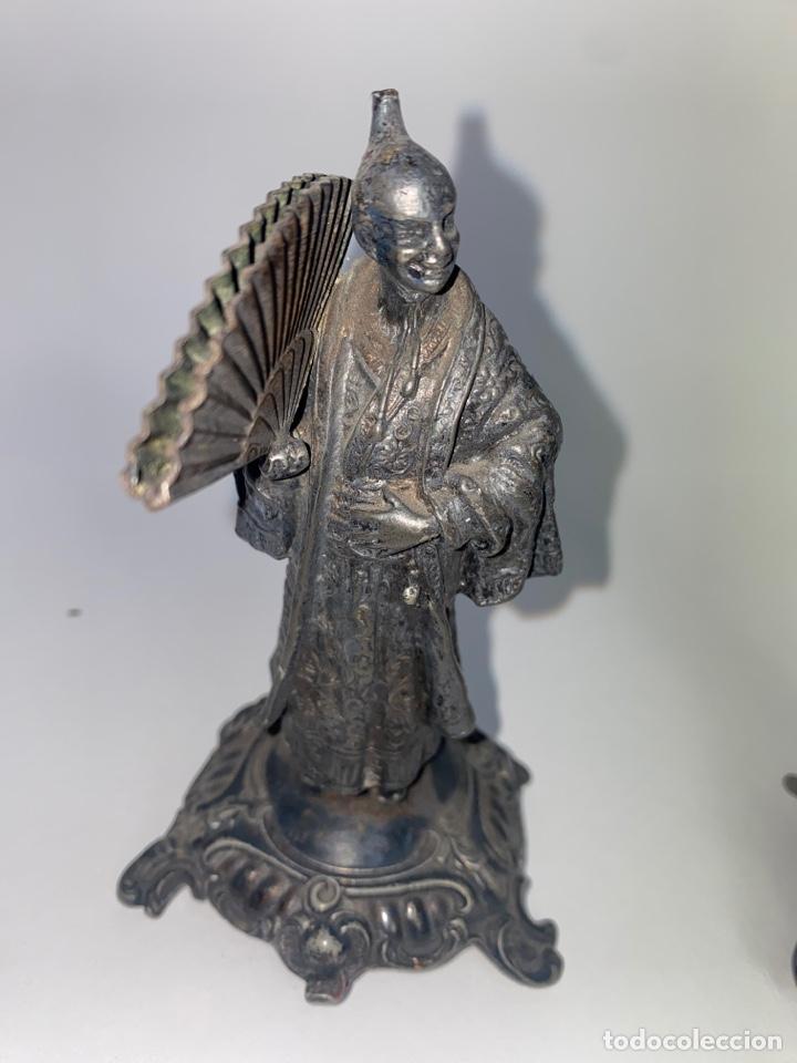 Antigüedades: PAREJA DE FIGURAS ORIENTALES EN METAL PLATEADO. FINALES S.XIX. - Foto 2 - 247145360