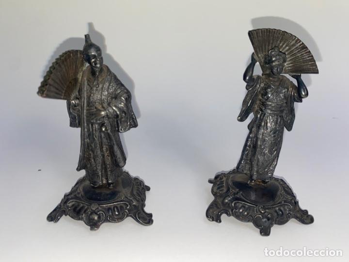 PAREJA DE FIGURAS ORIENTALES EN METAL PLATEADO. FINALES S.XIX. (Antigüedades - Hogar y Decoración - Figuras Antiguas)