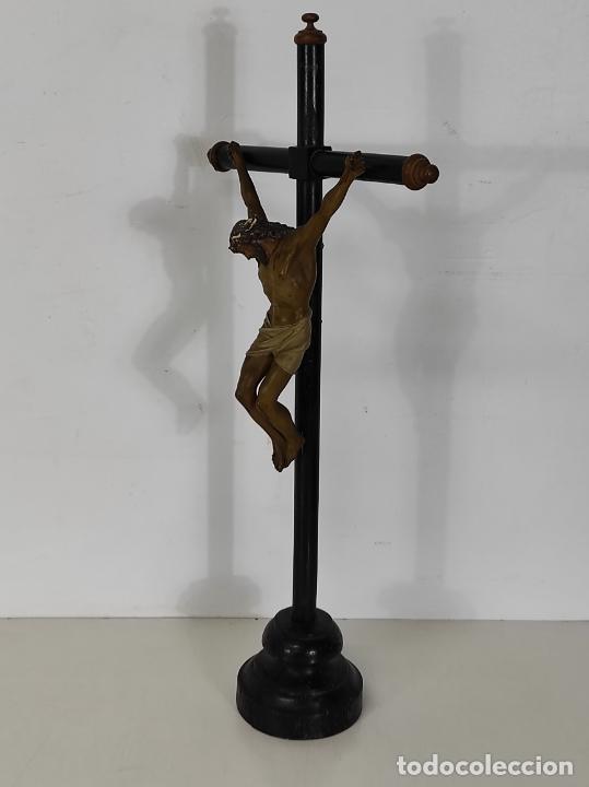 Antigüedades: Antiguo Crucifijo Sobremesa - Cristo a la Cruz - Talla Popular - Madera Policromada - S. XIX - Foto 14 - 287781138